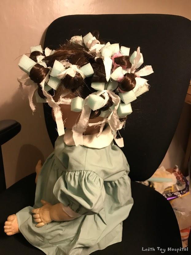 Dolls' hair stylist